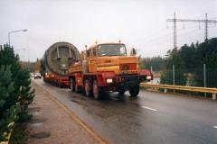 Transport zbiornika ciśnieniowego reaktora na specjalistycznej przyczepie niskopodwoziowej.