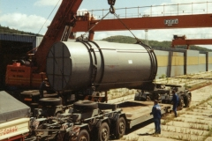 Załadunek obudowy reaktora na specjalistyczną przyczepę niskopodwoziową