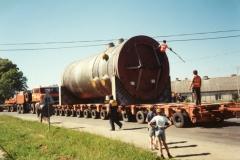 Transport zbiornika ciśnieniowego reaktora na specjalistycznych przyczepach niskopodwoziowych.