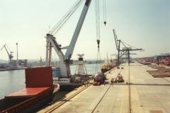 Załadunek zbiornika ciśnieniowego reaktora w porcie Gdynia z przeznaczeniem do portu Loviisa w Finlandii.