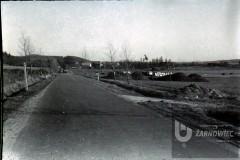 Przekazanie placu budowy 31.03.1982. W tle zabudowania wsi Kartoszyno. Fot. Henryk Torbicki